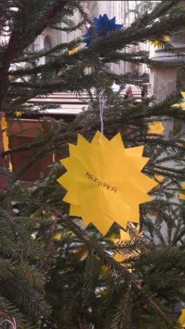 В Чехии новогоднюю елку украсили названиями оккупированных городов Донбасса