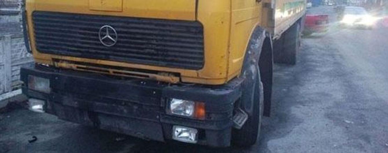 На Вінничині злодії пробили вантажівкою стіну, аби вкрасти зі складу добрива