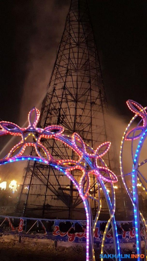 """""""Раз два, три - ялинонько, гори!"""" У російському місті спалили новорічне дерево"""