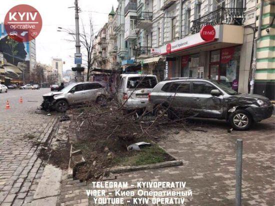В центре Киева автомобиль въехал в остановку общественного транспорта