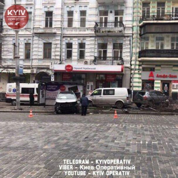 Масштабное ДТП в центре Киева: водитель КИА разбил несколько авто и деревьев и влетел в остановку
