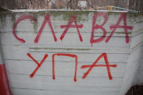 """В Днепре неизвестные облили """"кровью"""" памятник коммунарам, накинув удавку на шею чугунном солдату"""