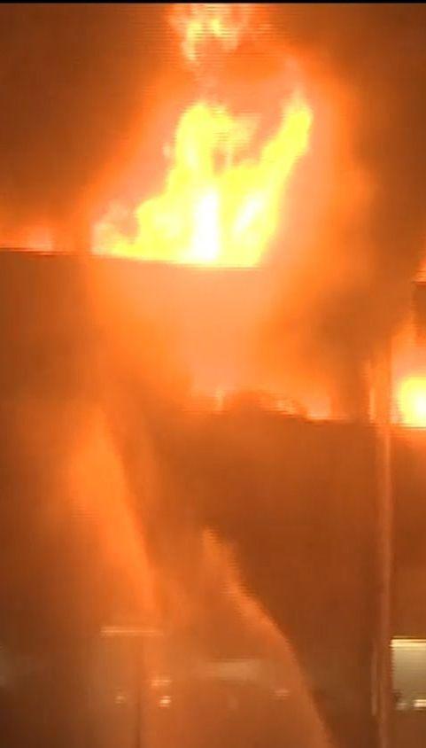 В новогоднюю ночь в британском Ливерпуле пожар уничтожил около полутора тысяч авто