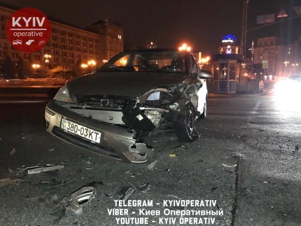 У центрі Києва через зіткнення автівка перекинулася на дах