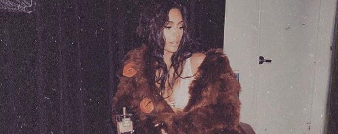 В шубе и с новой прической: Ким Кардашьян поделилась новогодними снимками