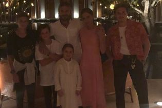 Семейство в полном составе: Виктория Бекхэм показала, как они встречали Новый год