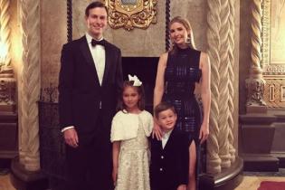 В платье с высоким разрезом: Иванка Трамп в эффектном образе поздравила всех с Новым годом