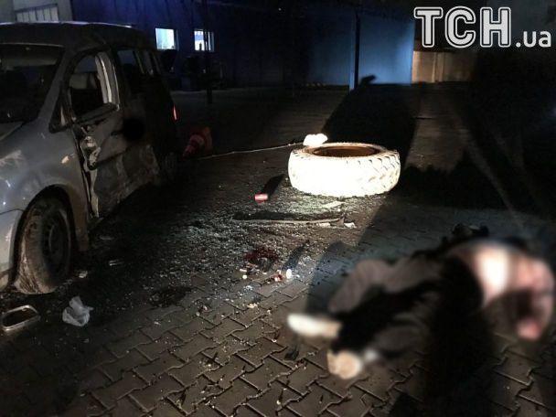 """Посреди ночи водитель на скорости влетел в бетонный знак """"Черновцы"""""""
