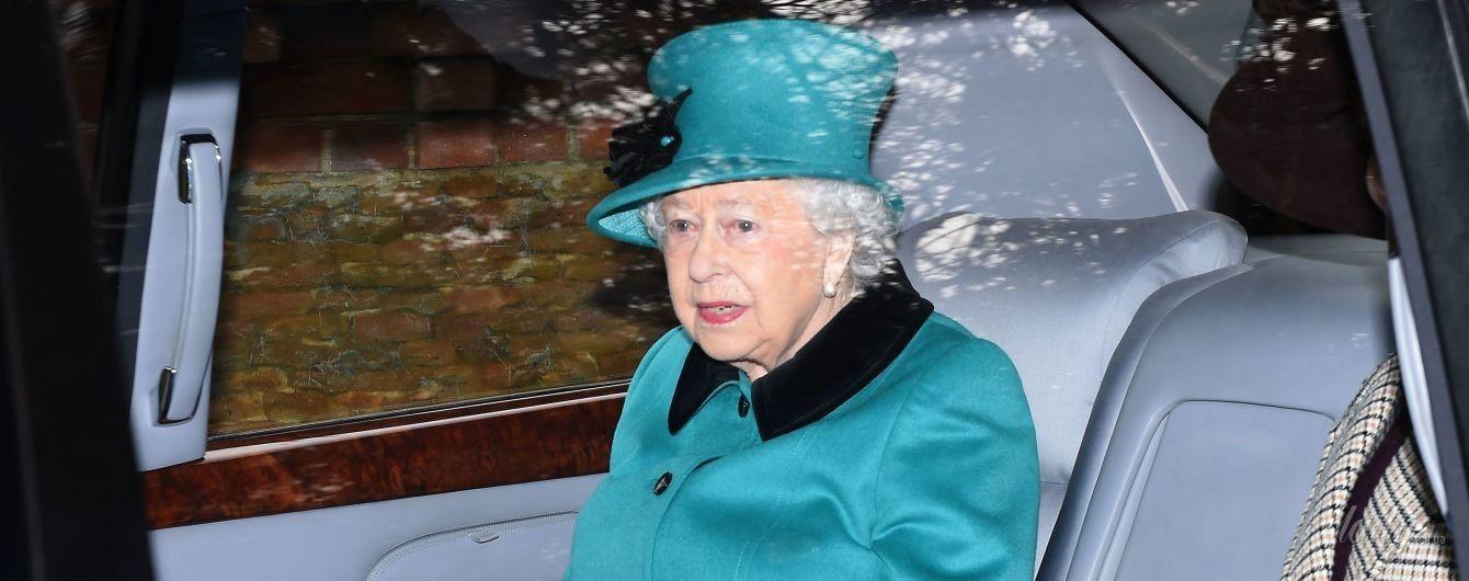 Яркая королева Елизавета II на службе в церкви в Сандрингеме