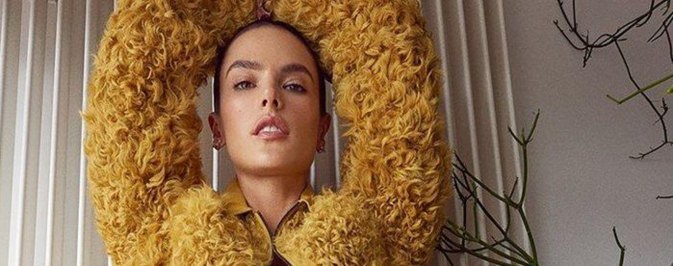 В нижнем белье и яркой шубе: Алессандра Амбросио в новом фотосете