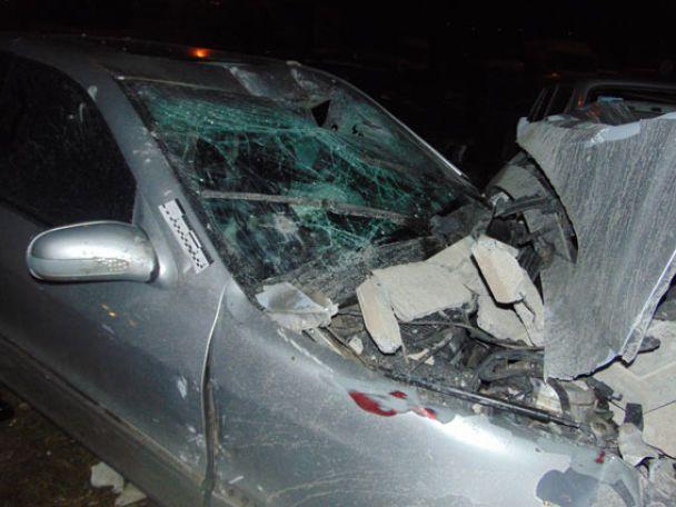 Масштабна ДТП у Рівному: Mercedes зніс 15 метрів бетонного паркану і потрощив понад два десятки авто
