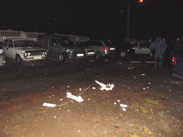 Масштабное ДТП в Ровно: Mercedes снес 15 метров бетонного забора и разбил более двух десятков авто