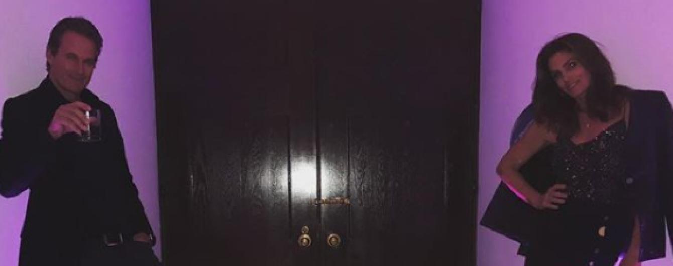 Сексуальная Синди Кроуфорд в платье с разрезом похвасталась стройными ногами