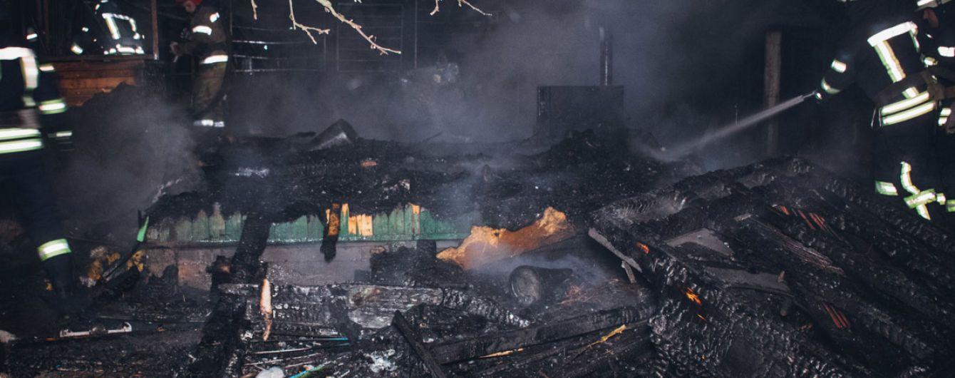 В Киеве сгорел частный дом: пожарные не смогли быстро приехать из-за отсутствия адреса на карте