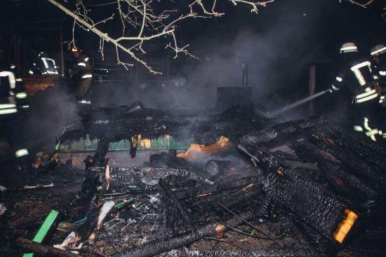 У Києві згорів приватний будинок: пожежники не змогли швидко приїхати через відсутність адреси на карті