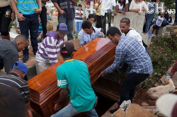 В Венесуэле солдат застрелил 18-летнюю беременную женщину в очереди за дефицитной свининой