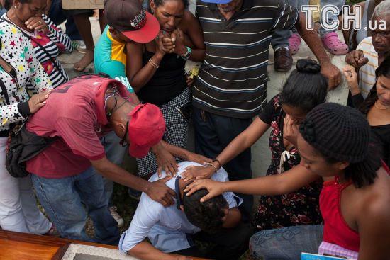 У Венесуелі солдат застрелив 18-річну вагітну жінку у черзі за дефіцитною свининою