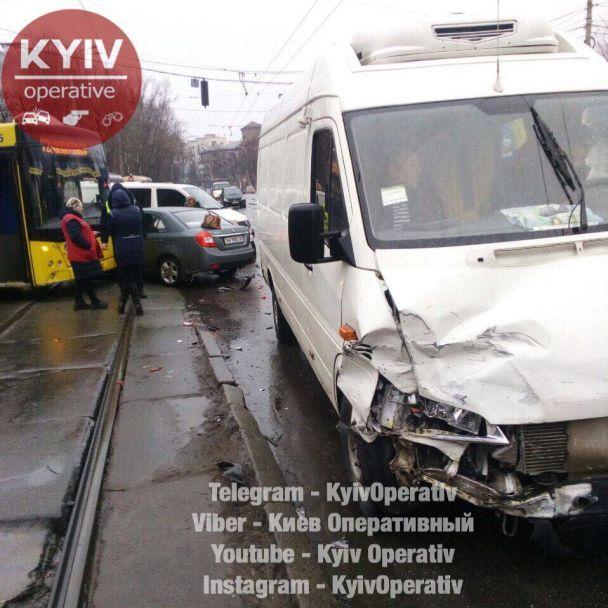 У Києві сталася масштабна аварія, що ускладнила рух транспорту