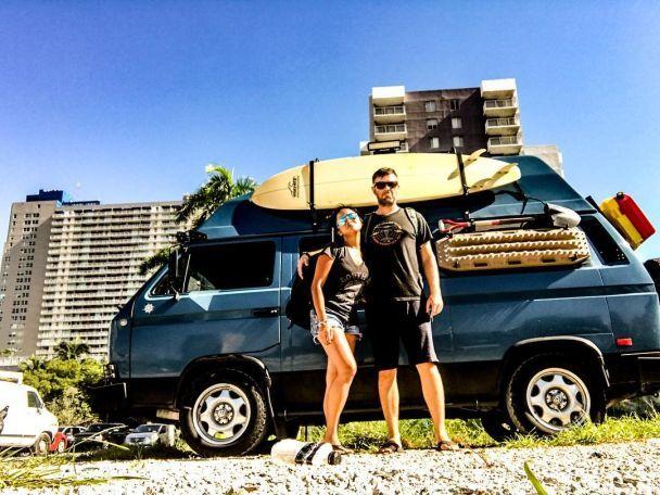 Чоловік покинув роботу та продав будинок, щоб подорожувати в фургоні з своєю дівчиною