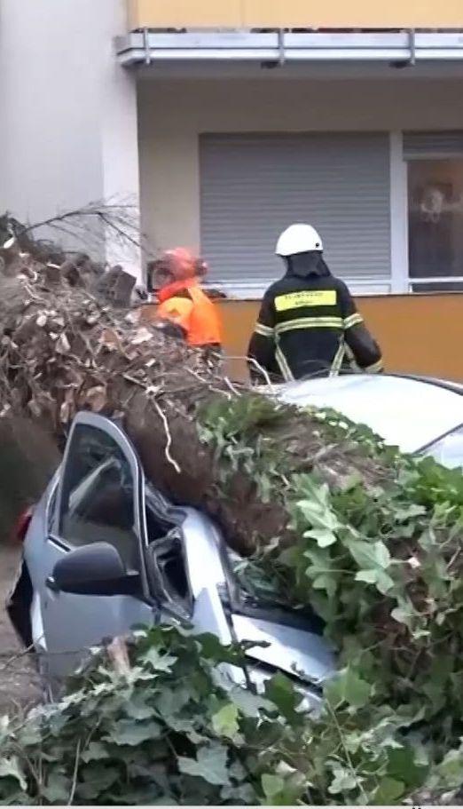 """Перекинуті авто, затоплені вулиці, відсутність світла - Європою гуляє ураган """"Елеонора"""""""