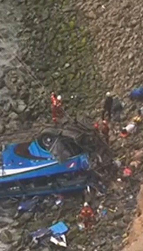 В Перу автобус слетел в пропасть, погибли 48 человек