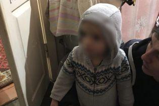 В Днепре посреди ночи по улице сам ходил 2-летний мальчик