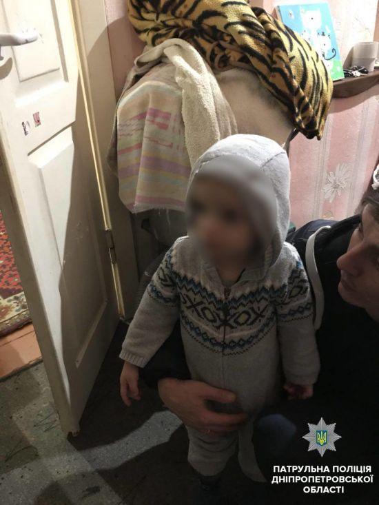 У Дніпрі посеред ночі вулицею сам блукав 2-річний хлопчик