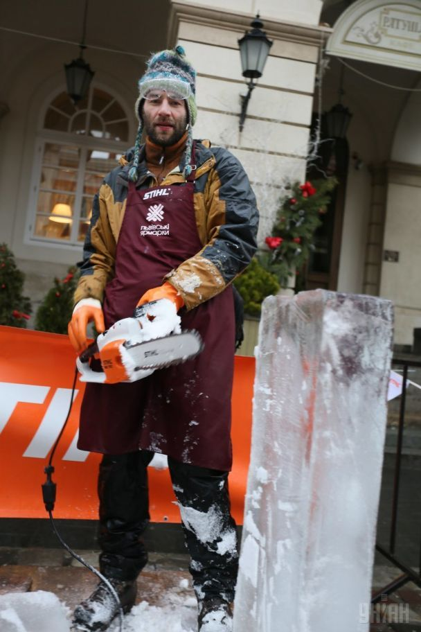 У Львові скульптори попри теплу погоду витесали з 500-кілограмових брил льоду дивовижні фігури