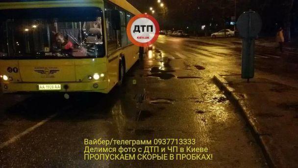 В Киеве автобус сбил на переходе женщину