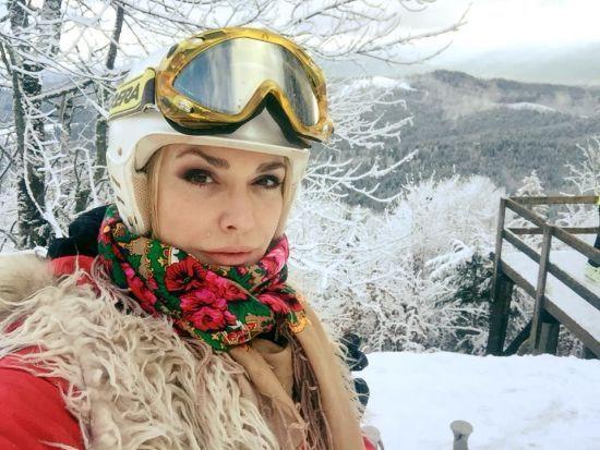 У лижному шоломі та в українській хустці: Ольга Сумська показала, як відпочиває на Буковелі