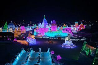 Крижане місто, що займає десятки гектарів та сяє різними барвами відкриють у Китаї