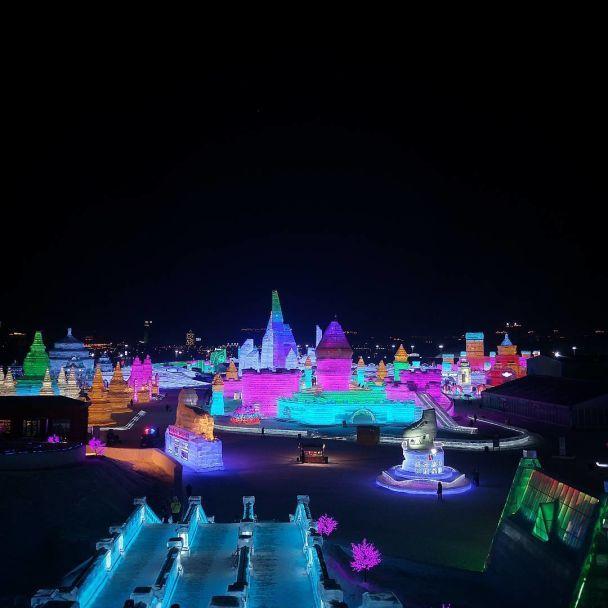 Ледяной город, что занимает десятки гектаров и сияет разными красками откроют в Китае