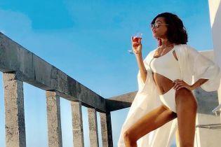Отдых на Атлантическом побережье: Джордан Данн в белом купальнике и на шпильках пьет коктейль