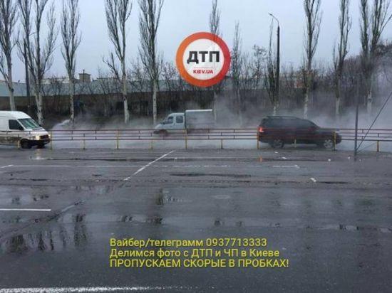 Одну з вулиць Києва знову заливає окропом