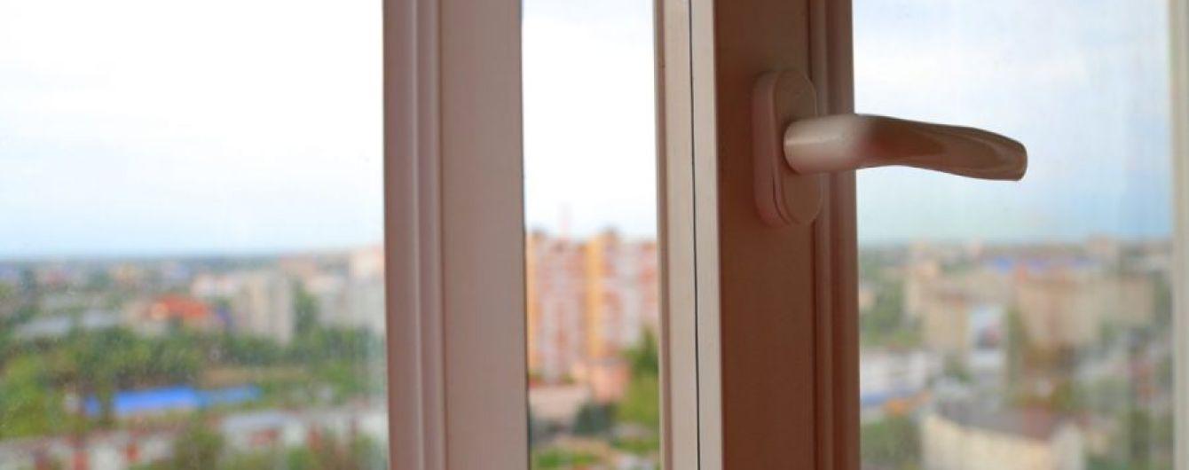 На Київщині жінка викинулася з вікна через знущання хлопця