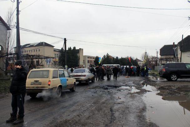 На Закарпатті почали терміново ремонтувати дорогу, яку раніше перекрили місцеві жителі
