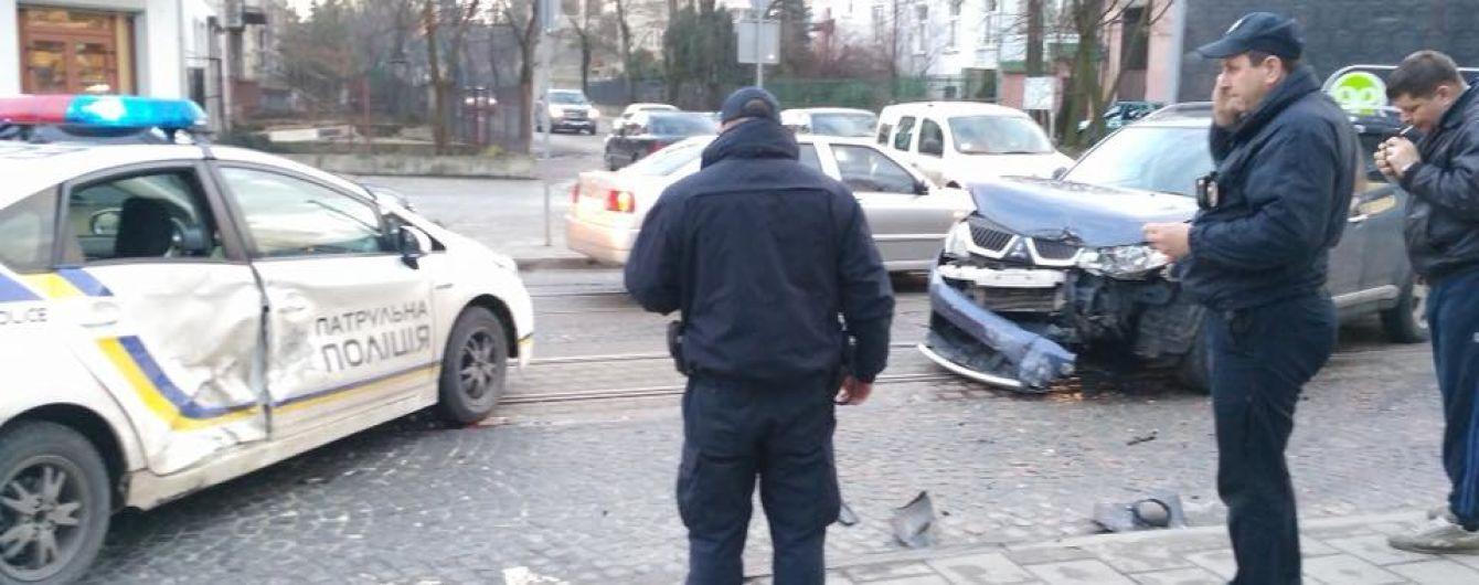 Во Львове водитель на джипе врезался в машину патрульных