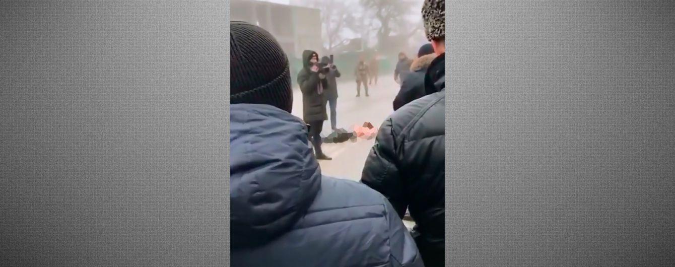 """В Чечне подозреваемого в убийстве начальника полиции застрелили силовики, а тело """"выставили"""" на площади"""
