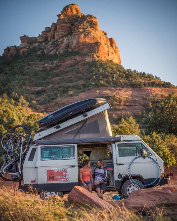 Ешь, путешествуй, люби: как пара переехала в фургон, стала звездой соцсетей и зарабатывает на подписчиках