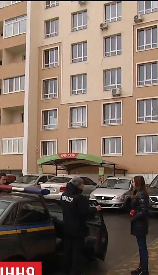 У передмісті столиці жінка, з якої знущався співмешканець, випала з третього поверху і загинула