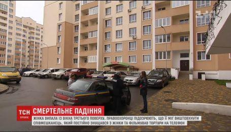 В пригороде столицы женщина, с которой издевался сожитель, выпала с третьего этажа и погибла