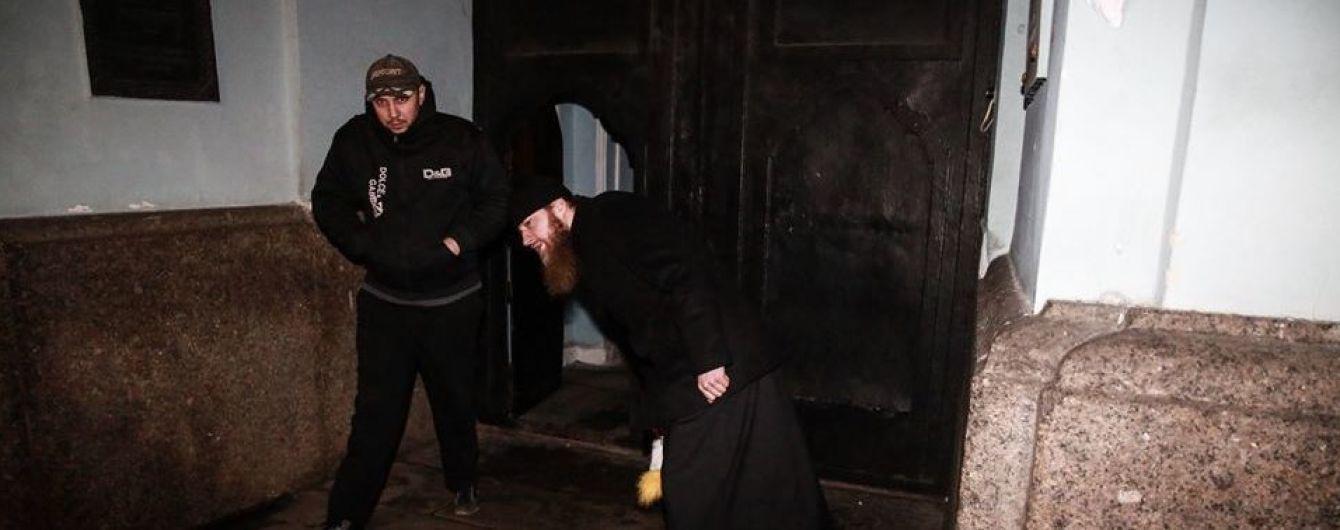 #принеси_куклу: возле Киево-Печерской лавры журналисту мешали фотографировать, как священник выбрасывает игрушку после церковного скандала