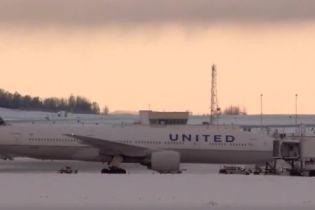 Американський літак екстрено приземлився після того, як пасажир замастив обидва туалети фекаліями