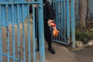 В Запорожье возле церкви УПЦ МП избили двух мужчин, которые принесли туда куклу