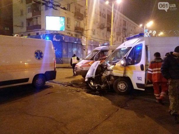 """В Запорожье грузовик не """"проскочил"""" на красный и влетел в скорую, которая везла пациента"""