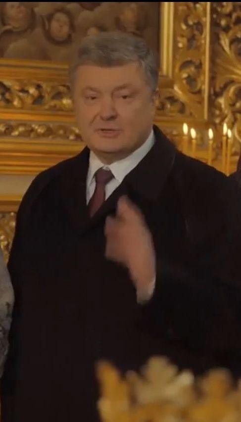 Порошенко подарил деревянный вертеп одному из храмов Софии Киевской