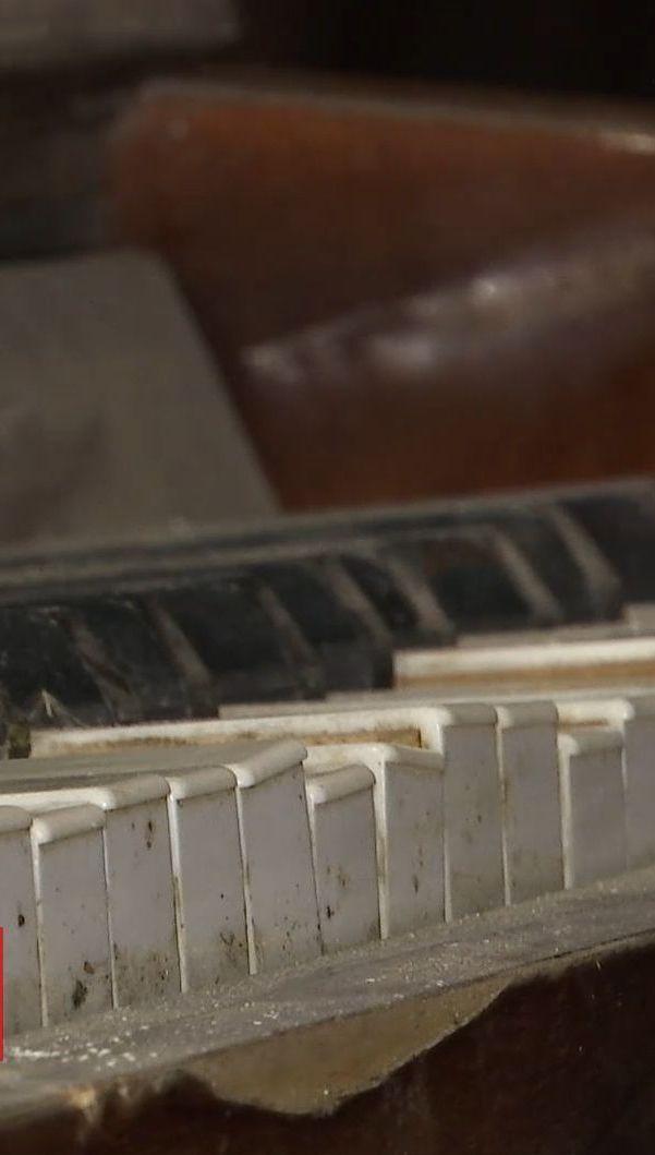 В столичный музей доставили уникальное пианино с детского сада, которое три года обстреливают боевики