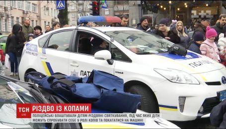 У Києві поліцейські розважали дітей катанням на службових авто