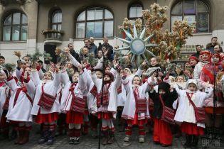 """На Різдво у Львові співали колядки і спускали """"ангелів"""" на землю"""