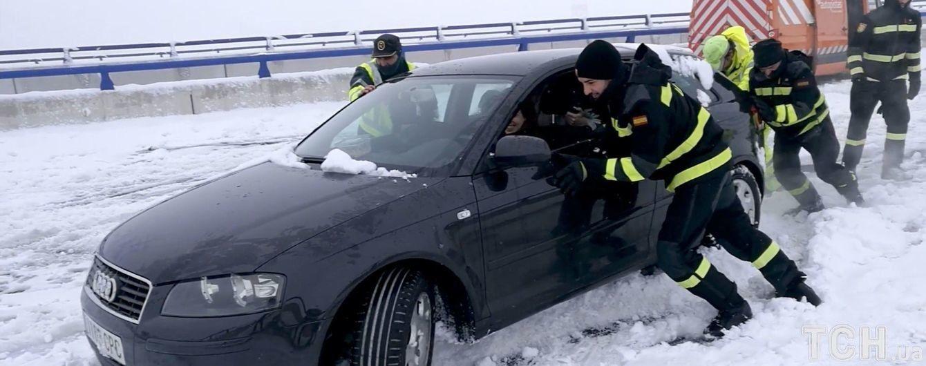 В Іспанії рекордні снігові замети на добу заблокували тисячі людей на трасах